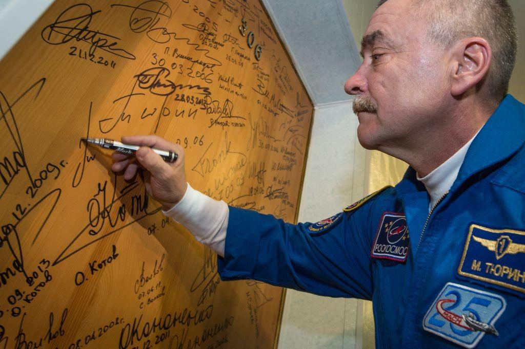 AstroNova le blog de l'astronomie et de l'espace -Un cosmonaute signe la porte de l'hôtel @NASA