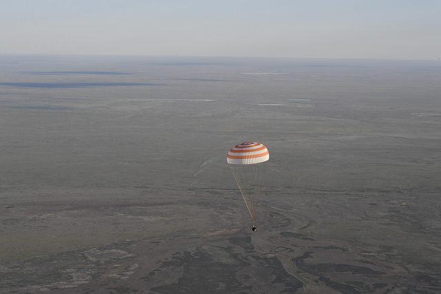 La capsule Soyouz a sorti le parachute © ESA