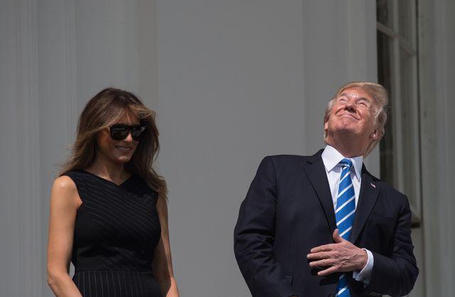 Donald Trump observant l'éclipse solaire