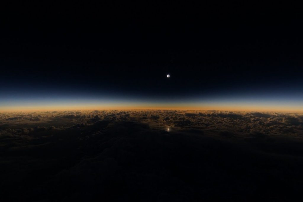 Un avion dans l'ombre de la lune © Futura-sciences