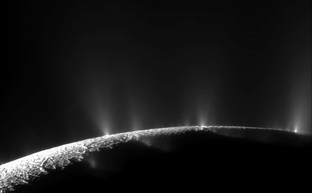 Des geysers sur Encelade © NASA