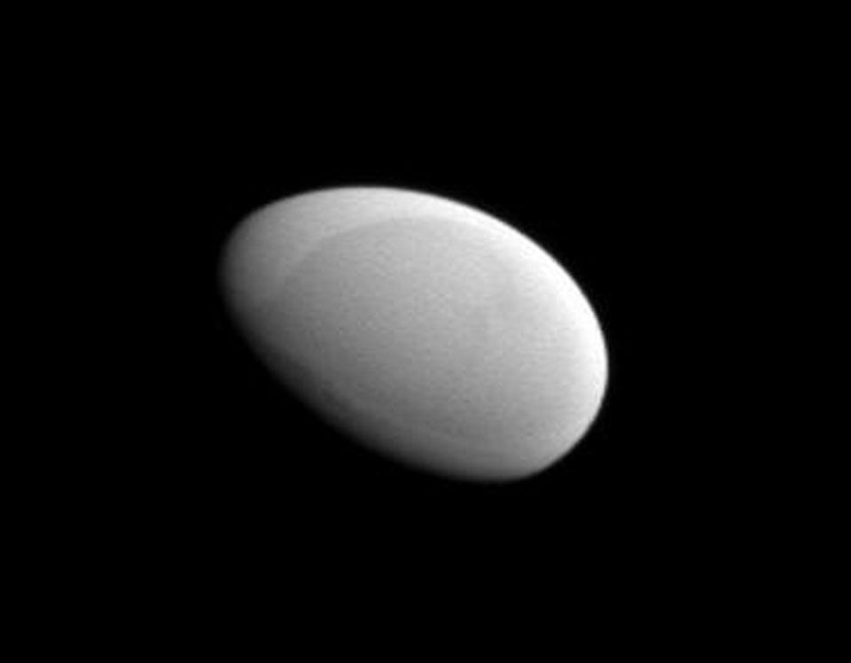 Lune Methone dans le système de Saturne © NASA