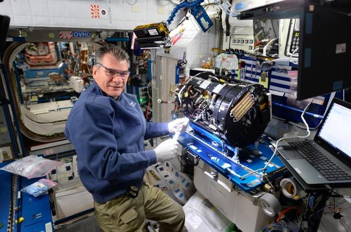 Paolo Nespoli en train d'installer un rack de combustion à bord de l'ISS © ESA