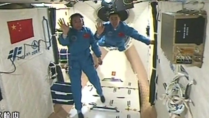 Ammarrage du vaisseau Shenzhou à la station spatiale chinoise © BBC