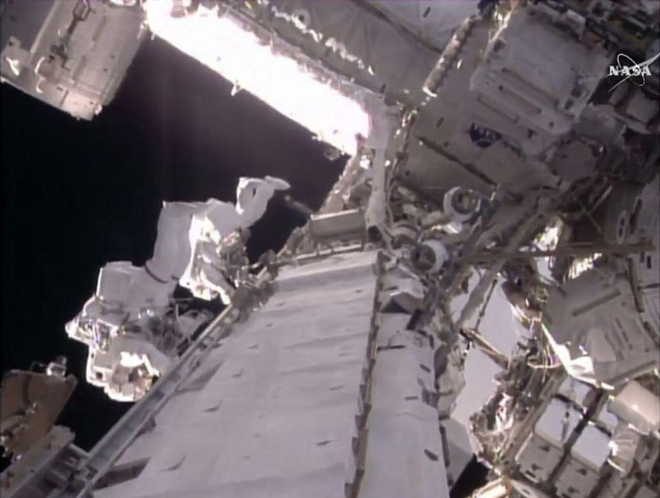 T. Pesquet et S. Kimbrough font une sortie dans l'espace © NASA