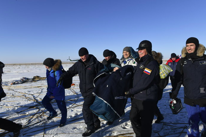 Paolo Nespoli escorté en dehors de la capsule © ESA